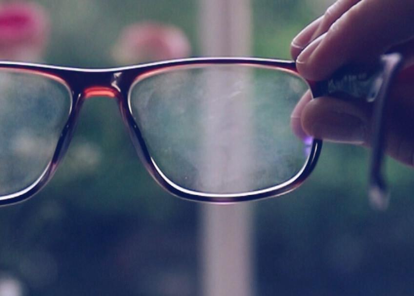 voiko silmälasien muovilinssin naarmulle tehdä mitään?